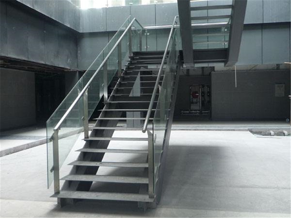 不易受立柱,楼面等结构影响,结实牢固。焊接楼梯的钢板均经过调试准确焊接而成,因此踏板装上以后前后左右均一致水平。而且所有材料配件均横平竖直。焊接楼梯的材料多种多样方管,圆管,角铁,槽钢,工字钢均可。应此造型更加多种多样。